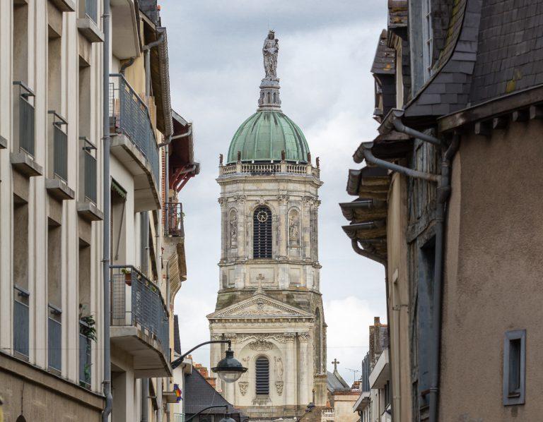 Perspective sur l'église Notre-Dame-en-Saint-Melaine depuis le contour Saint-Aubin à Rennes.