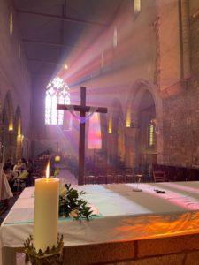 2021-04-06-photo autel et cierge pascal croix illuminée de soleil