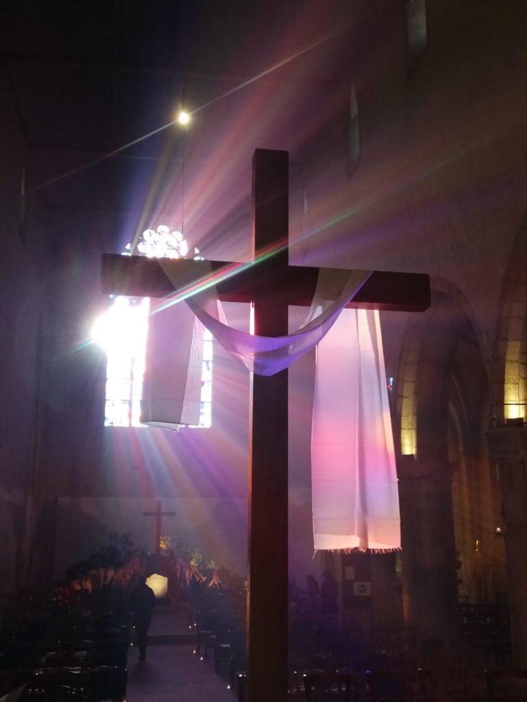 2021-04-06-photo croix au drap traversé de lumière