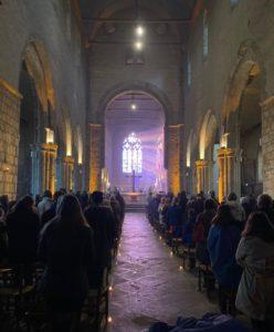 2021-04-06-photo messe paques assemblée illuminée